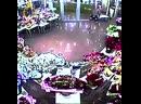В Екатеринбурге в магазине цветов воображаемые бандиты напали на раздетого мужчину в наколках.