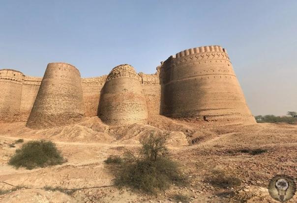 Грандиозная крепость посреди пустыни форт Деравар в Пакистане Пакистан, граница с Индией в пустыне Холистан (Тар). Сотни километров песка, оазисы и дороги. Недалеко от маленького городка