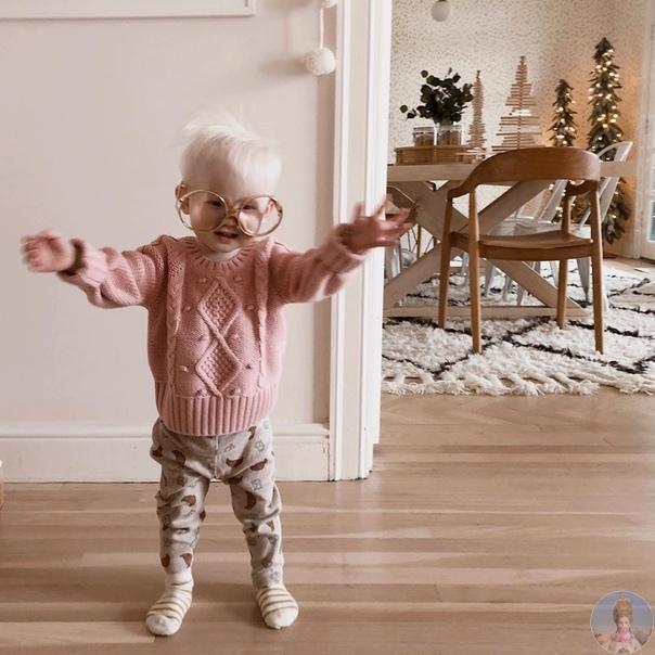 Китаяночка Нова удочеренная малышка с альбинизмом и ее семья