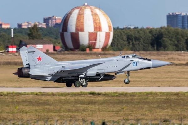 МиГ-31БМ № 81 взлете в Жуковском с ракетой «293». (Предоставлено: Алекс Сноу)