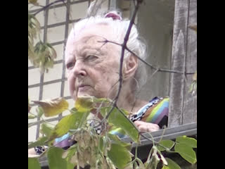 В Москве пенсионерка выливает отходы с балкона из-за перекрытой канализации