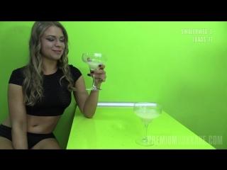 Женька выпивает из бокалов сперму 77 мужчин