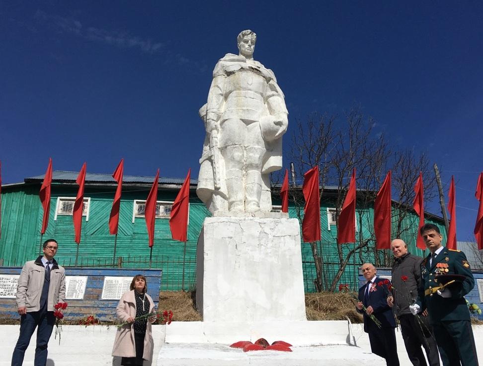 Возложение цветов к памятнику Воину-освободителю в с. Кослан