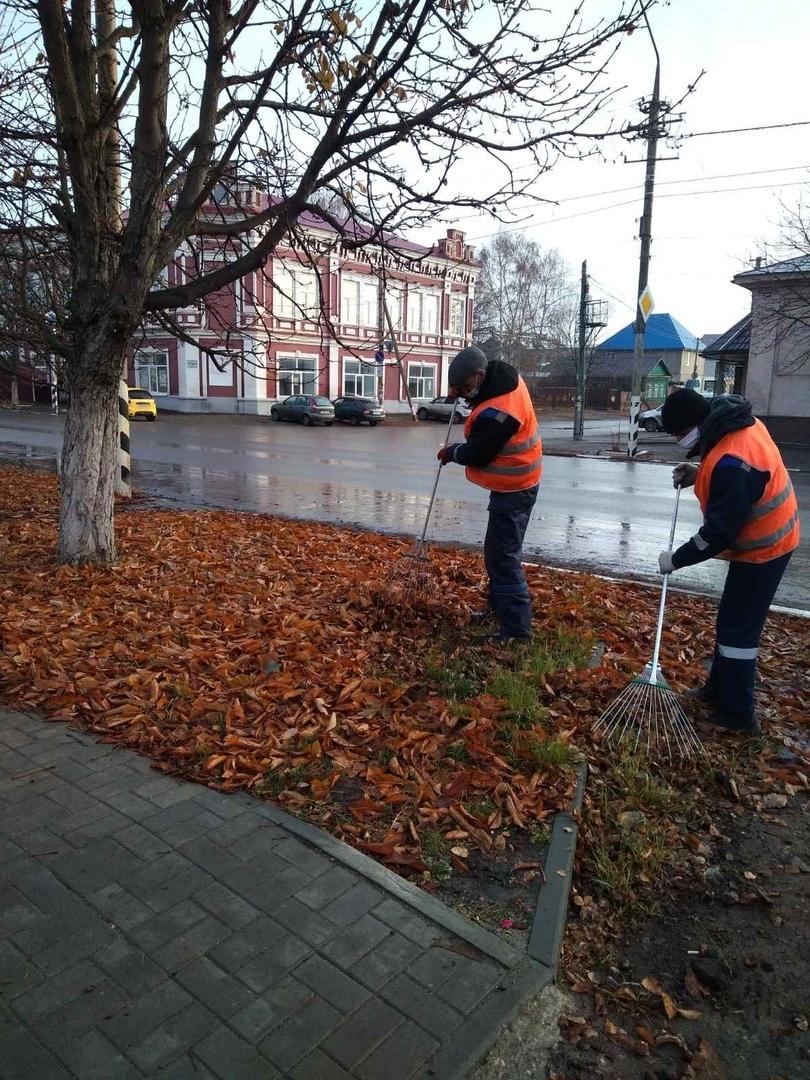 Городская коммунальная служба проводит работы по уборке и санитарной очистке улиц Петровска
