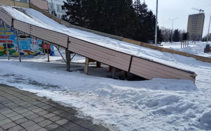 Семейчан возмущает стоящая зимняя горка на центральной площади