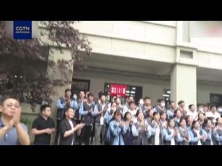Китайские школьники пением разряжают атмосферу перед экзаменом