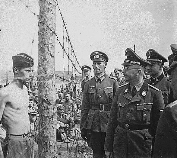 Обратите внимание на советского военнопленного слева, на его выражение лица и взгляд