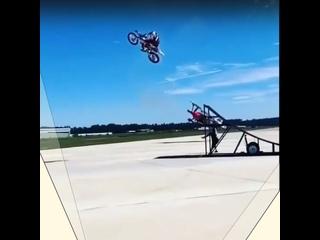 Улетный трюк на мотоцикле