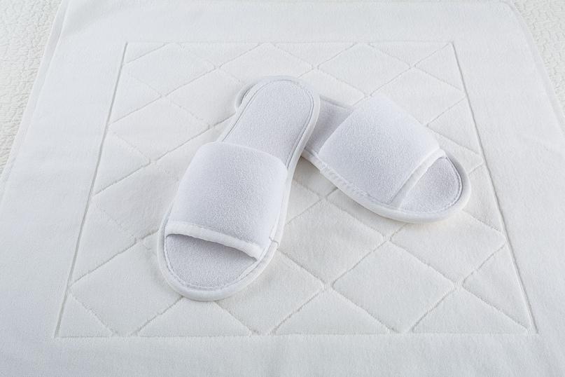 Тапочки из махры очень мягкие, приятные на ощупь и прочные. Поэтому их чаще всего используют отельеры для оснащения номерного фонда гостиницы