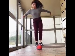 Девушка круто владеет мячом ltdeirf rhenj dkflttn vzxjv