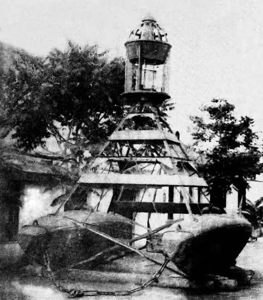Бакен, плавучую основу которого составляют две корпуса подводной лодки конструкции С.К. Джевецкого.