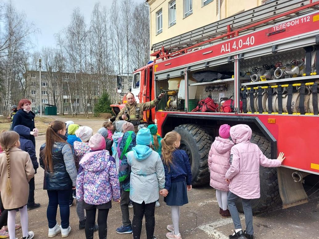 Вчера огнеборцы 268-й пожарной части #Мособлпожспас провели пожарно-тактическое занятие в Поваровской средней общеобразовательной школе, расположенной в Солнечногорском городском округе 👋🏻    Cогласно тактическому замыслу тренировки, возгорание произошло
