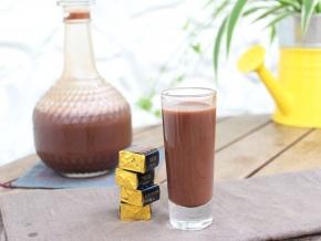 Шоколадный ликер Приготовление ликера в домашних условиях займет несколько недель, так как напитку необходимо будет настояться хотя бы несколько недель. Выбирать какао-порошок и водку нужно