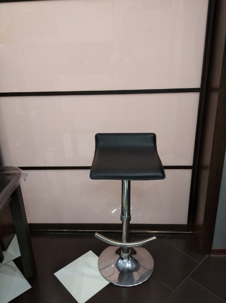 Барный стул в хорошем состоянии, механизм работает...