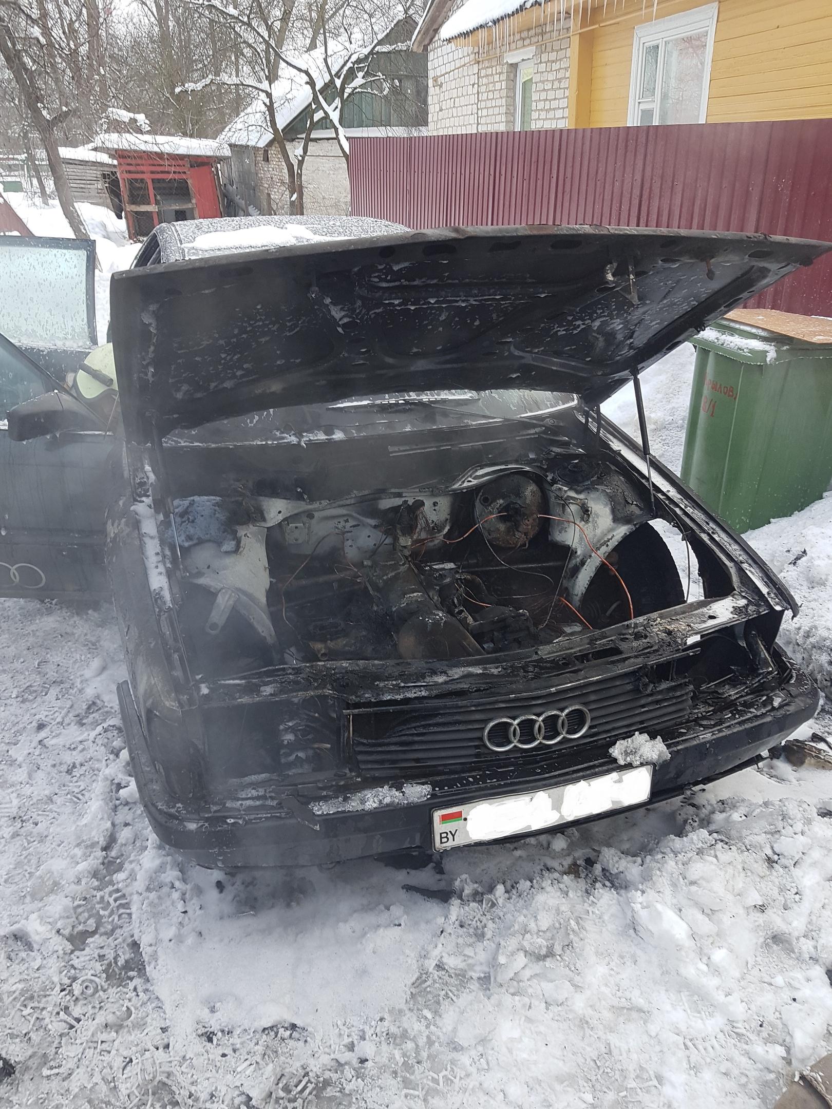 Легковой автомобиль горел в Лиде.