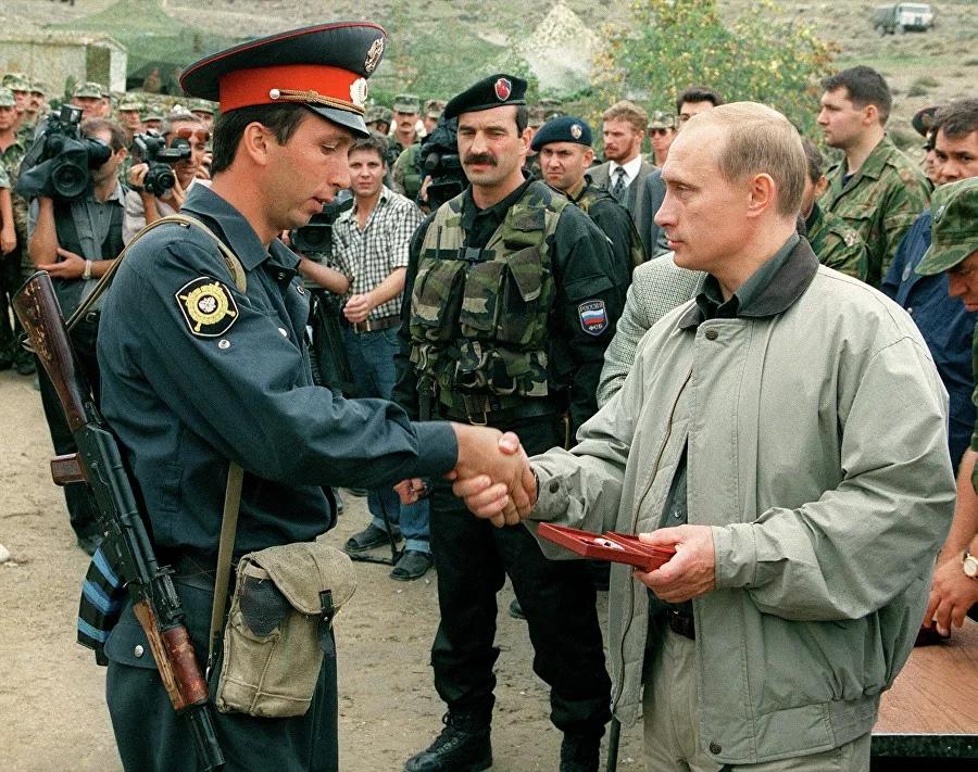 Премьер-министр России Владимир Путин во время визита в Ботлихский район Дагестана. 27 августа 1999