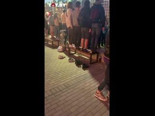 #necro_tv: В Минске протестующие сняли обувь, чтобы не запачкать лавочку