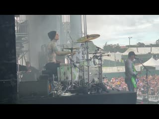 Travis Barker - Blink 182 - Generational Divide (LIVE)