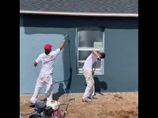 Как быстро покрасить дом в четыре руки