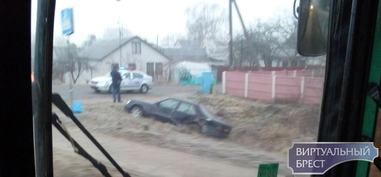 На ул. Ковельской в Бресте автомобиль Мерседес оказался в кювете