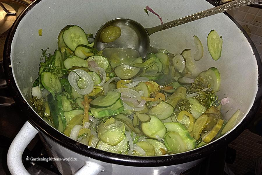 Салат из свежих огурцов с луком и перцем