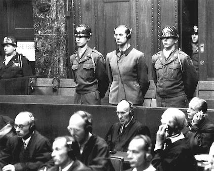 Карл Брандт, личный врач Адольфа Гитлера и один из руководителей программы умерщвления «Т-4», в рамках которой стерилизовали и убивали людей с психическими заболеваниями, на Нюрнбергском процессе
