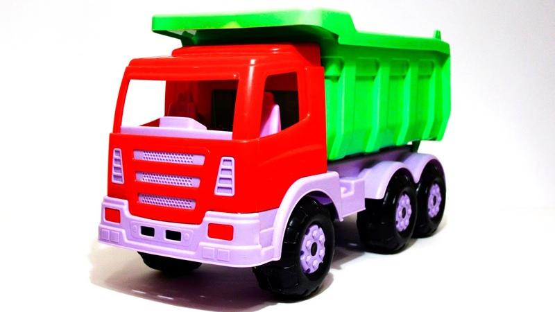 Dima der Clown und der Lastwagen spielen mit Bausteinen