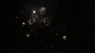 Новый год в Новосибирске. Запускают пиротехнику.Новогодние салюты.