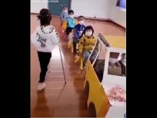Китай, детский сад. Правила поведения в общественном транспорте. Отличное воспитание!