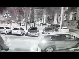 Житель Уфы со злости разгромил машины во дворе